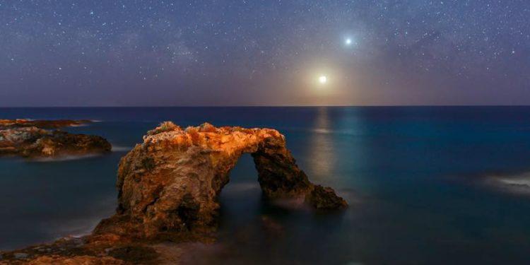 Lo foto mozzafiato dei pianeti allineati scattata dal golfo di Siracusa